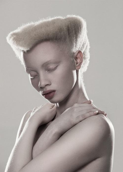 Умиротворенный снимок модели-альбиноса.