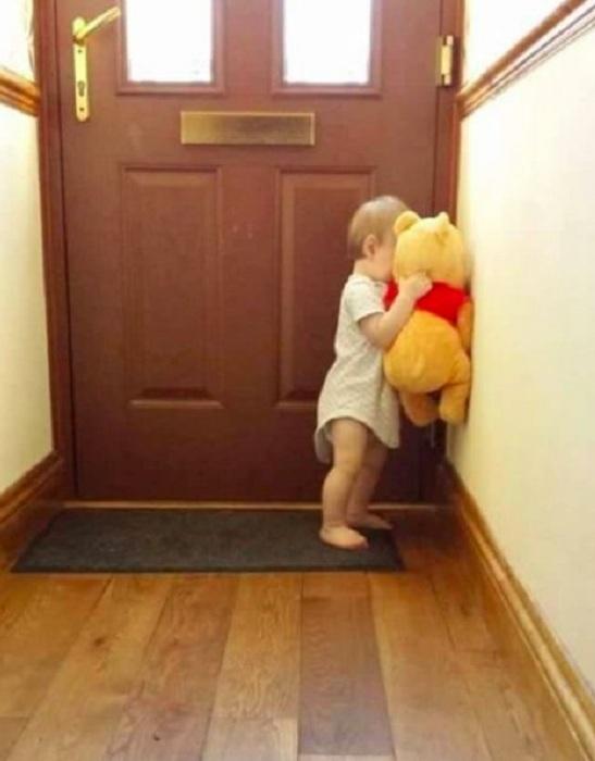 С любимым медведем играть гораздо веселей.