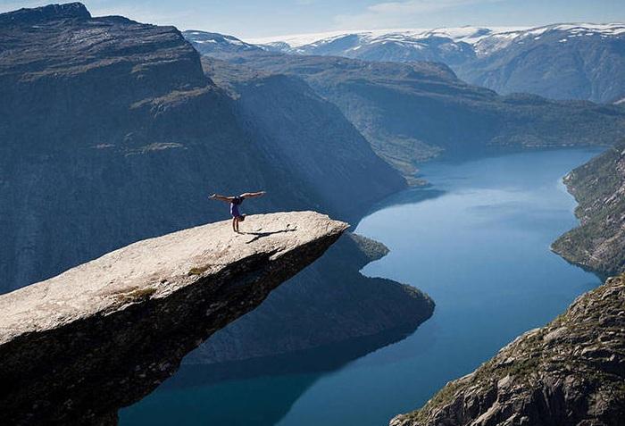 Trolltunga — каменный выступ на горе Скьеггедаль (Норвегия).