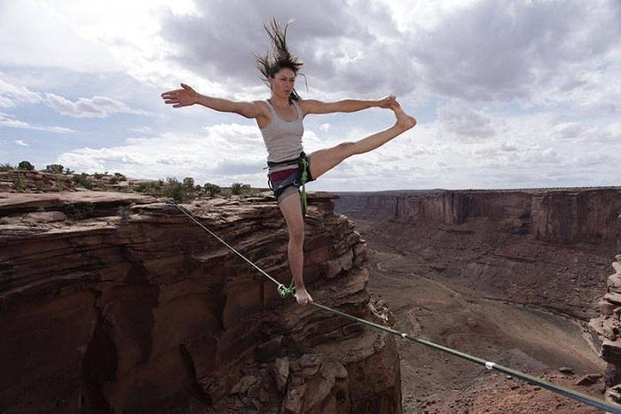Slackline - вид спорта, который подразумевает ходьбу по натянутой стропе.
