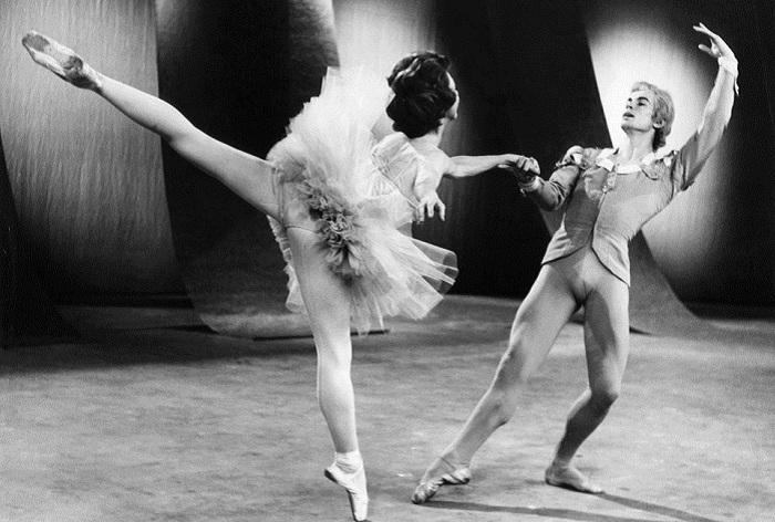 Российский и английский артист балета Рудольф Нуреев и американская балерина Розелла Хайтауэр во время генеральной репетиции на телеканале BBC в Лондоне, 1962 год.