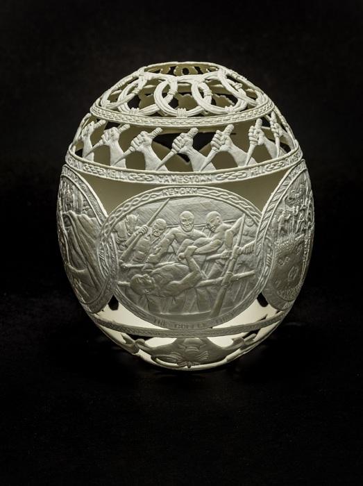 Страусиное яйцо с гравюрой, выполненное мастером Jil Batle.