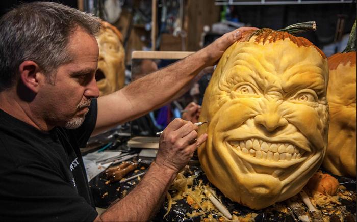 Американский художник вырезает из тыкв настоящих монстров.