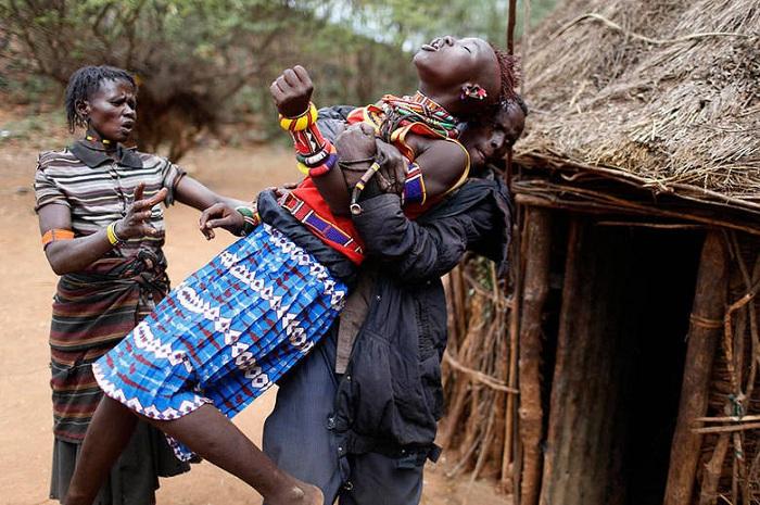 Девушку принуждают пройти ритуал обрезания, чтобы она смогла выйти замуж.