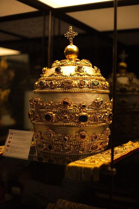 Тиара, тройная корона - знак папского владычества.| Фото: upload.wikimedia.org.