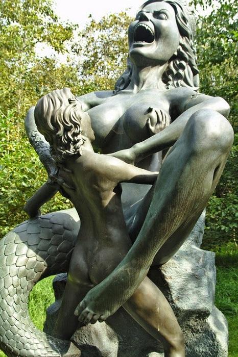 Жуткая скульптура из парка Victoria's park.