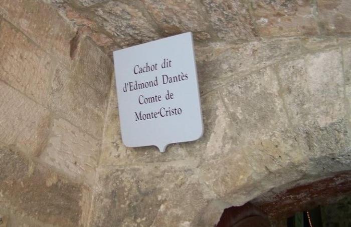 Табличка с  «указанием» камеры графа Монте-Кристо.