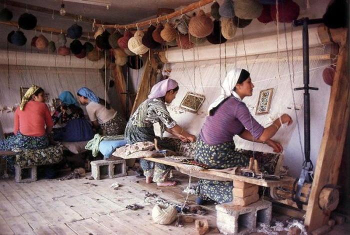 Бабушки будут сидеть с внуками за деньги, чтобы матери могли работать полный день. | Фото: img.day.az