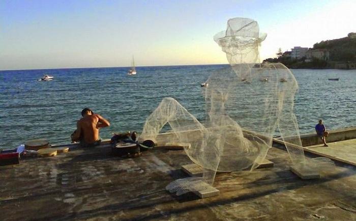 Скульптура, выполненная из металлической сетки.
