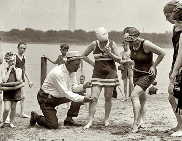 После Первой мировой войны за длиной купальников следили блюстители порядка.   Фото: diletant.media.