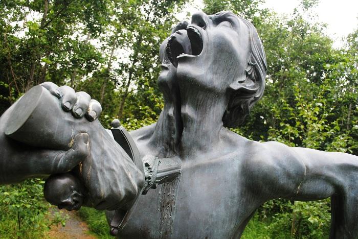 The Split Man - скульптура, олицетворяющая психическую разобщенность человека.