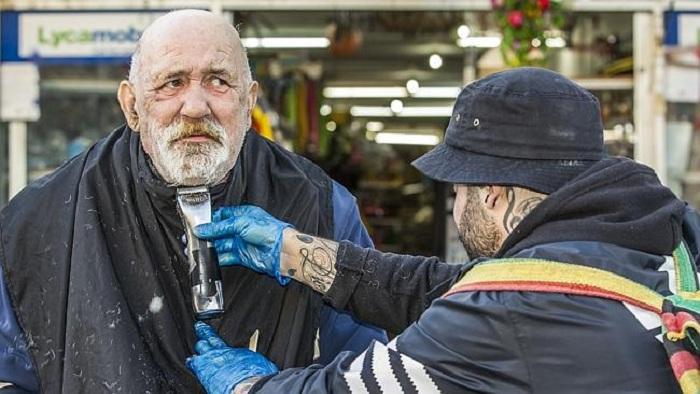 Nasir Sobhani бесплатно бреет бездомных.