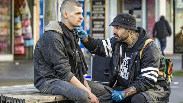 Парень бесплатно подстригает бездомных.