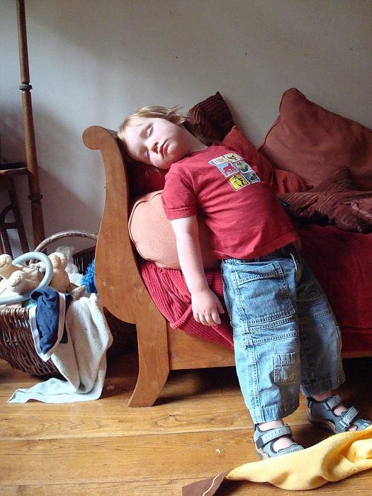 Малыш спит в положении стоя.