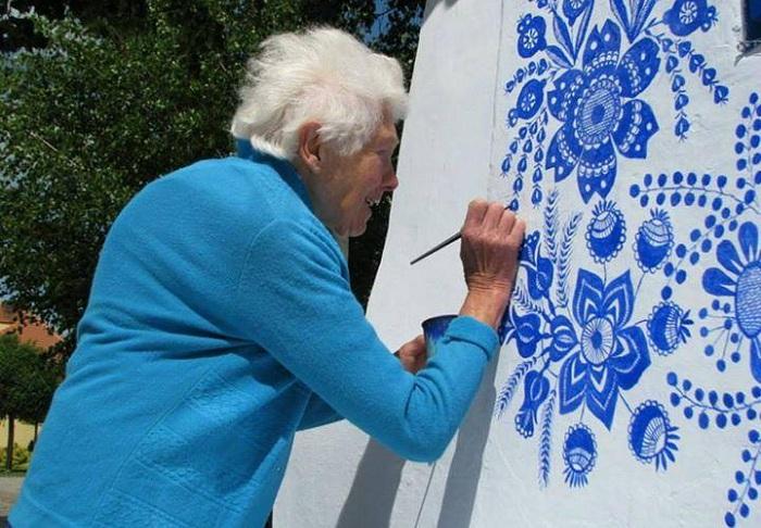 87-летняя Agnes Kasparkova расписывает фасады домов.