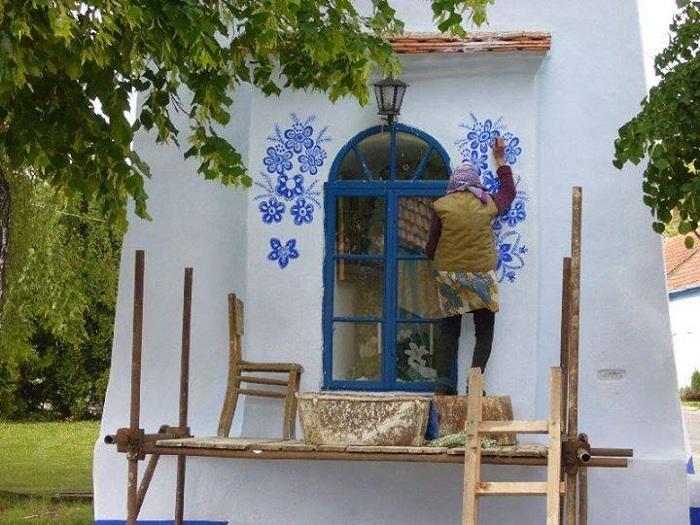 Традиционные цветочные мотивы в исполнении бабушки-мастерицы.