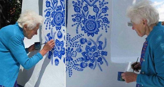 Agnes Kasparkova занимается росписью стены дома.