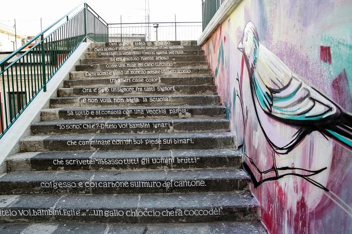 На ступенях написаны стихотворные строки итальянского поэта.