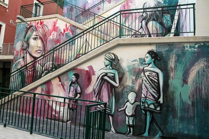 Стрит арт на лестничном переходе.