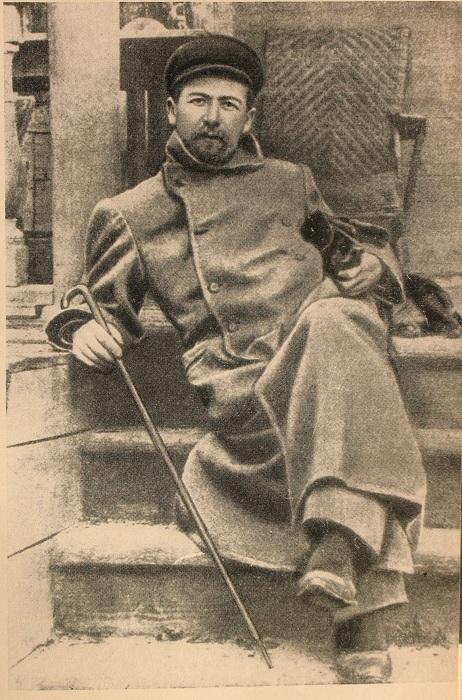 Чехов в Мелихове с таксой Хиной, 1897 год. | Фото: ru.wikipedia.org.