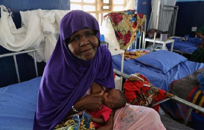 50-летняя женщина кормит свою внучку грудью. | Фото: dailymail.co.uk.