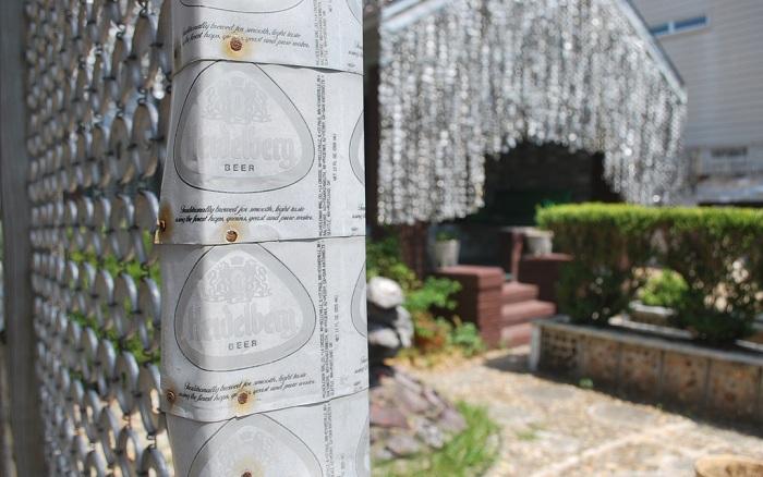 Забор, сделанный из пивных банок.