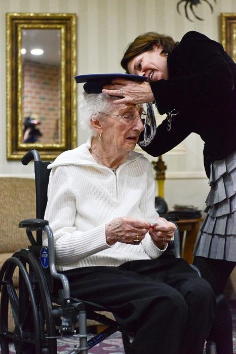 Бабушка получила диплом в 97 лет.