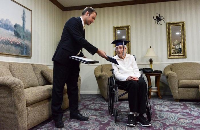 97-летняя старушка получила диплом об окончании школы.