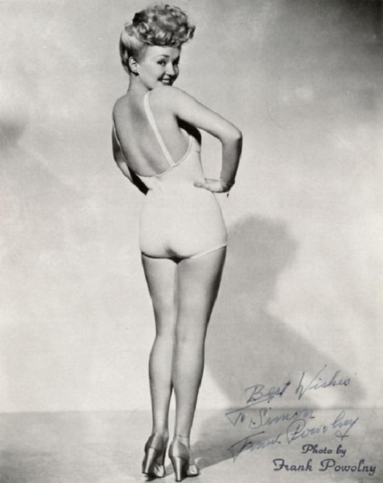 Мода на гладкие ноги появилась во время Второй мировой войны. | Фото: thevintagenews.com.