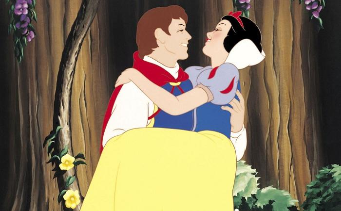 История о Белоснежке у братьев Гримм и в мультфильме была со счастливым концом.