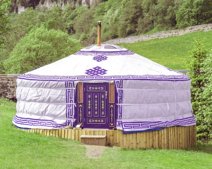 Монгольская юрта, украшенная традиционными узорами. | Фото: swaledaleyurts.com.
