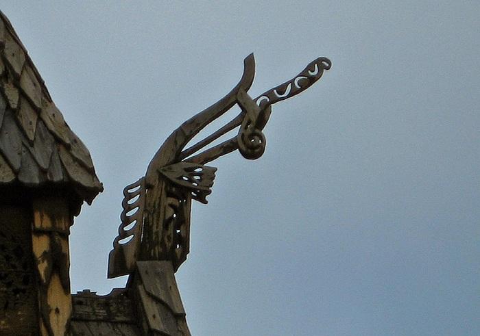 Языческое изображение дракона на коньке крыши ставкирки. | Фото: wondermondo.com.