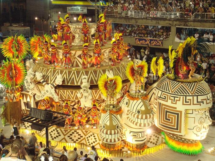 Движущиеся театрализованные платформы - неотъемлемый атрибут карнавала.