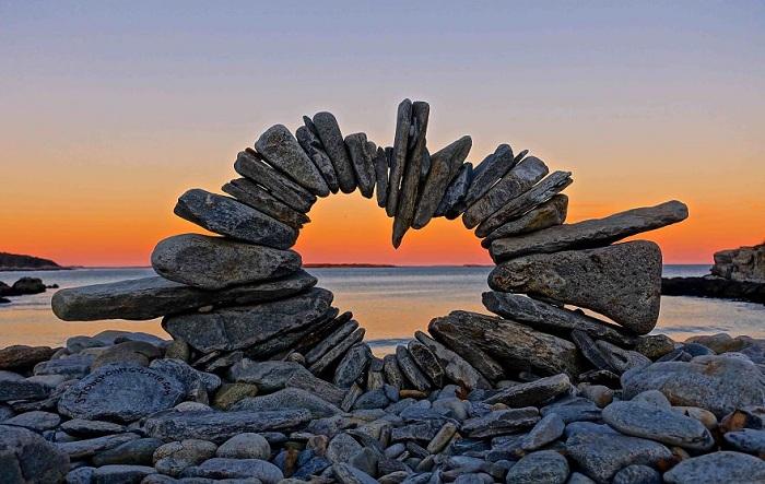 Каменные глыбы в виде сердца.