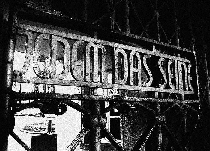 «Jedem das Seine» («Каждому свое») – надпись на воротах при входе в Бухенвальд. | Фото: img-fotki.yandex.ru.