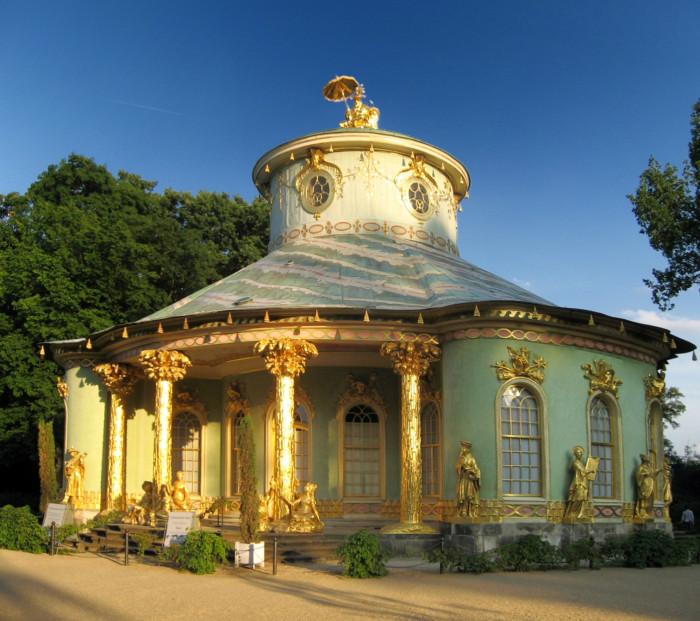 Китайский домик. Павильон, сочетающий в себе элементы рококо и ориентализма. | Фото: fiveminutehistory.com.