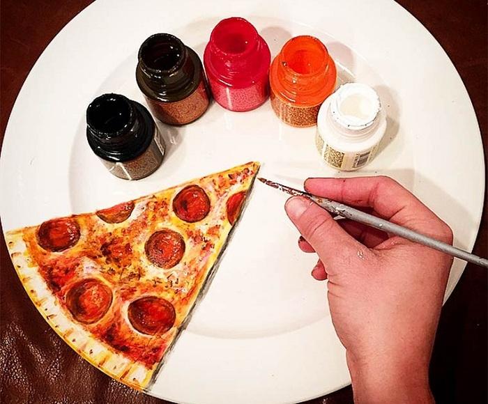 Кусок пиццы, нарисованный на тарелке.