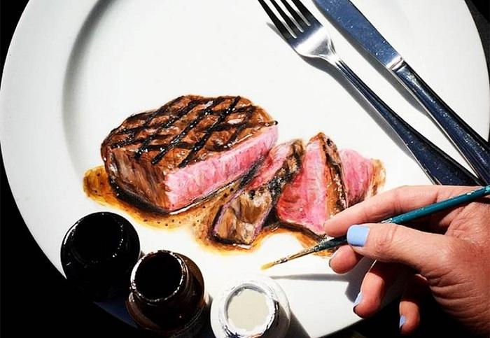 Канадская художница рисует реалистичные блюда на фарфоровых тарелках.