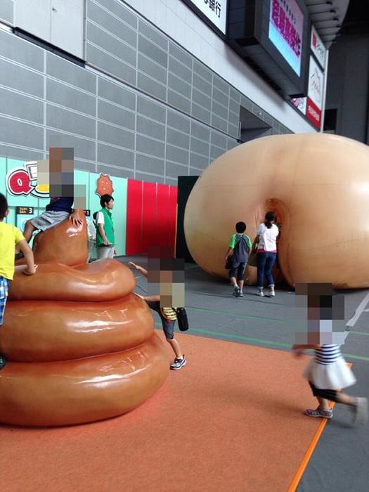 Большую кучу какашек назвали инсталляцией.