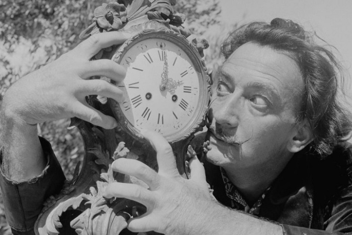 Сальвадор Дали на своей вилле, 1955 год. | Фото: messynessychic.com.
