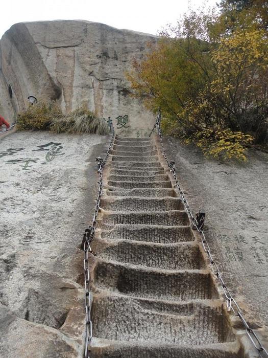 Каменные ступени - начала горы Хуашань.
