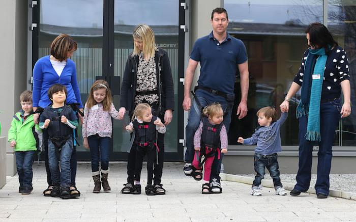 Дети с диагнозом ДЦП на прогулки с родителями.