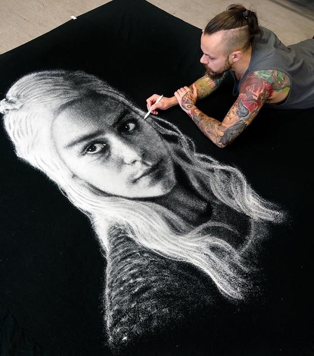 Портрет Дейнерис Таргариен из сериала «Игра Престолов», выполненный солью на черном полотне.