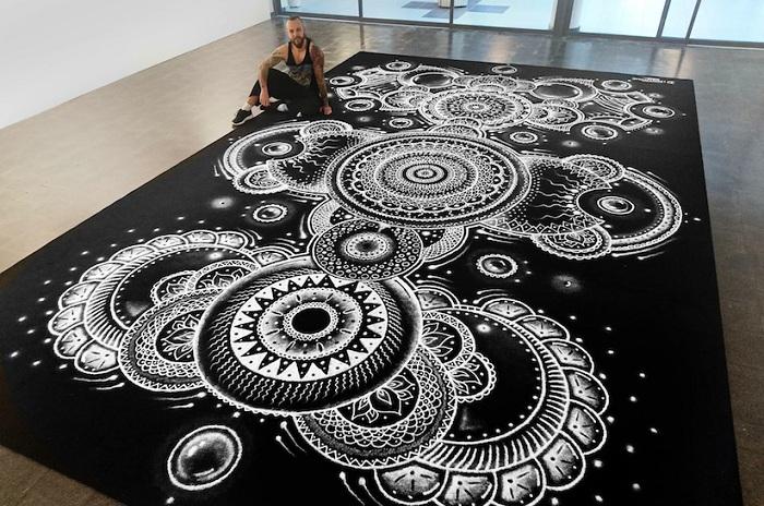 Мандала из соли, выполненная норвежским художником Дино Томичем.
