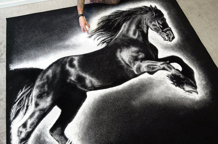 Конь, нарисованный обычной поваренной солью.
