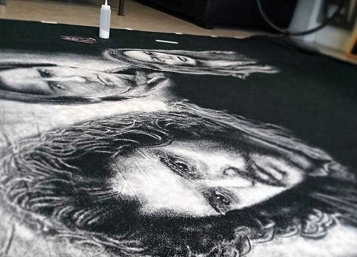 Портрет Джона Сноу из сериала «Игра Престолов», выполненный солью на черном полотне.
