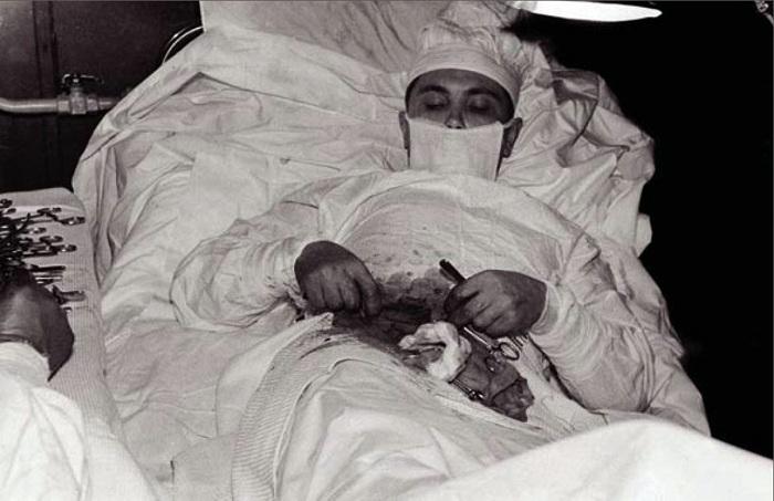 Врач-хирург Леонид Рогозов прооперировал сам себя. | Фото: rarehistoricalphotos.com.