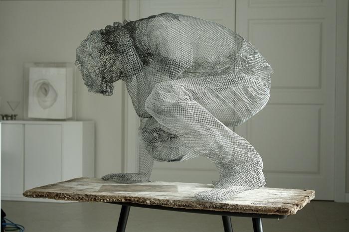Скульптура в сидящей позе.