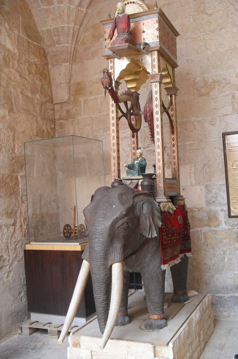 Репродукция Слоновых часов в медресе Kasimiye Medrese, Мардин (Турция).   Фото: commons.wikimedia.org.