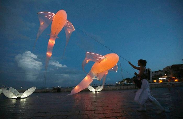 Светящиеся воздушные змеи – работа французских мастеров.